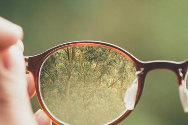 Tips Jitu Bersihkan Kacamata
